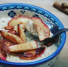 Got a sweet tooth? Want to satisfy cravings in the morning? This porridge bowl with maca and apple sautéed in @lucybeecoconut, cinnamon and almonds looks simply delicious!