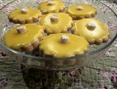 Galletas de manteca con glaseado de limón.