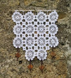 Paire de rideaux blancs en coton crocheté main façon patchwork : Textiles et tapis par pfenninger