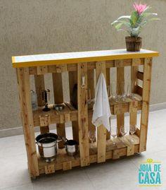 Móvel-bar de pallets | Joia de Casa Wooden Pallet Projects, Woodworking Projects Diy, Wooden Pallets, Diy Projects, Pallet Garden Furniture, Diy Outdoor Furniture, Diy Furniture, Pallet Bar, Man Cave Home Bar