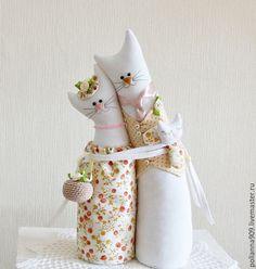 Купить или заказать Подарок на свадьбу. Кошки- обнимашки. в интернет-магазине на Ярмарке Мастеров. Кошки- хранители домашнего очага. Любящая пара дарит тепло и мир дому.Эту парочку можно подарить на свадьбу, юбилей. Кот нежно обнимает свою кошечку, их малыш спит у папы в лапках б…