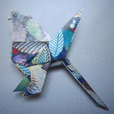 Broche oiseau en origami de papier japonais bleu