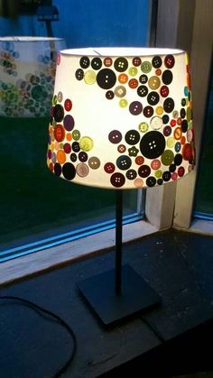 Inspiration: 9 coole DIY l - Haus How to Crafts Decorate Lampshade, Lampshades, Home Crafts, Diy Home Decor, Diy And Crafts, Button Art, Button Crafts, Creation Deco, Diy Buttons