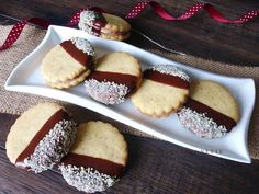 Raspberrybrunette: Linecké orechové kolieska Delicious Desserts, Yummy Food, Cranberry Cookies, Czech Recipes, Christmas Cooking, Cake Pops, Baking Recipes, Biscuits, Sweet Tooth
