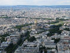 Au Centre, les Invalides; au loin, en haut à gauche, la tour de  l'hôtel Concorde Lafayette à la Porte Maillot et, à sa droite, l'Arc de Triomphe de l'Etoile