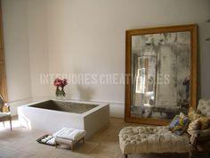 baño con espejo y chaiselonge