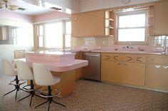 In beeld: deze roze retro keuken bleef intact sinds 1962 - Wonen - KnackWeekend.be