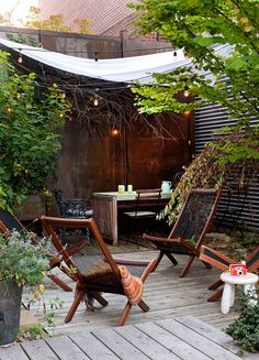 Patio and deck outdoor living space inspiration with natural plant life. Small Courtyard Gardens, Small Courtyards, Outdoor Gardens, Outdoor Rooms, Outdoor Living, Outdoor Decor, Dream Garden, Home And Garden, Garden Sail