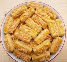 KAASTANGEL----- By : Source : Bahan: 300 gram mentega (butter+margarin) 350 gram terigu… Raw Food Recipes, Snack Recipes, Dessert Recipes, Snacks, Cokies Recipes, Recipies, Cheese Sticks Recipe, Italian Almond Cookies, Vegan Chocolate Cookies