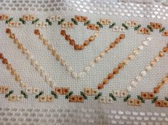 Toalha para lavabo, cor palha, Karsten Melina, bordada a mão com Linha âncora perle degradé e acabamento em renda guipir importada. Toalha de primeira linha.