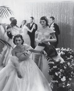 Lee Radziwill and Jackie Kennedy Onassis by Cecil Beaton for Vogue at a debutante ball, 1951 Jacqueline Kennedy Onassis, John Kennedy, Les Kennedy, Jaqueline Kennedy, Carolyn Bessette Kennedy, Lee Radziwill, Vogue, Vanity Fair, Photo Star