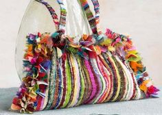Weaving old clothes and fabric scraps .... I love this bag :)