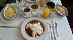 Un Lugar de la Mancha - Omelette de espárragos blancos y enfrijoladas de pollo