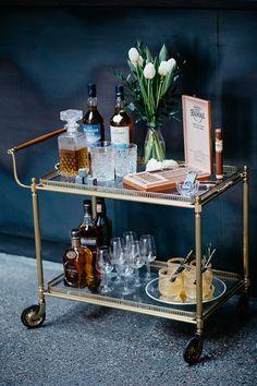 Blaue Anemone für den Brautstrauß | Friedatheres.com whisky bar wedding Fotos: Lichterstaub Fotografie Blumen: Blumig Heiraten Bar: mundus Hannover