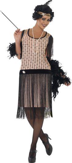 Disfraz años 20 charlestón mujer: Este disfraz de charlestón para mujer incluye vestido, diadema, collar y boquilla (boa, medias y zapatos no incluidos). El vestido es rosa palo con dibujos negros.Tiene flecos negros en lso...