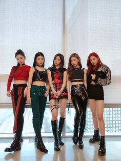ITZY is also in Music Core! It's been our third stage with ITZY name, how was it? 🥰 Thank you so much for supporting us from far and from up close.💘 Please wait for our performance tomorrow! Kpop Girl Groups, Korean Girl Groups, Kpop Girls, Stage Outfits, Kpop Outfits, K Pop, Moda Kpop, Kpop Mode, Ballet Barre