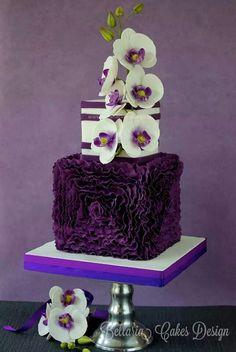 Una original torta/pastel con flores en blanco y morado