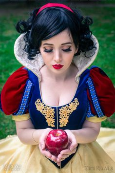 Snow White Cosplay http://geekxgirls.com/article.php?ID=7877
