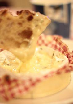 UUNISSA PAISTETTU CAMEMBERT   Camembert-juusto lastukuoressa 3 valkosipulinkynttä 2 rkl valkoviiniä pari timjaminoksaa mustapippuria    Tee veitsellä reikiä juustoon ja asettele jokaiseen valkosipulinkynnen palanen.  Kaada viiniä juuston päälle ja varmista, että se imeytyy. Laita päälle vielä pari timjamin oksaa ja rouhaise mustapippuria.  Paista 200 asteessa 15 minuuttia. Camembert Cheese, Dairy, Pie, Desserts, Kitchen, Food, Food Items, Torte, Baking Center