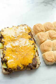 These Grilled Sliders are the perfect easy summer appetizer. Cook the slider filling in one piece that's the same size as your rolls and then assemble! Beef Sliders, Hamburger Sliders, Hawaiian Roll Sliders, Catering Food, Catering Recipes, Slider Buns, Cooking On The Grill, Cooking Tips, Grilling Recipes