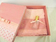 Caixa MDF decorada com tecido ,rendas e fita de cetim. 1 Água perfumada ou Body Splash em embalagem de vidro 30 ml. 1 toalha de lavabo com detalhes no mesmo tecido da caixa. Medida da caixa:20x20 x6 cm.