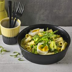 """One-Pot-Pasta mit Brokkoli - """"Unser liebster Trend am Pasta-Himmel: die One-Pot-Pasta. Bei uns wird das schnelle Nudelgericht mit Brokkoli und gekochten Eiern zubereitet. Vegetarisch, schnell und lecker!"""""""