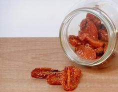 Deze zongedroogde tomaatjes zijn misschien niet echt in de zon gedroogd, maar je haalt wel de zon in huis met deze lekkere gedroogde cherrytomaatjes!