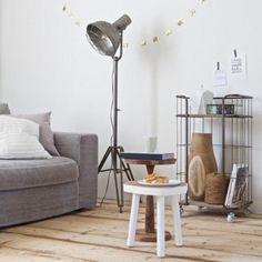 Super gave, stoer ogende, staande lamp. De spotlight staande vloerlamp is gemaakt van metaal en heeft een ruw afgewerkte uitstraling. Daarnaast ook nog eens in hoogte te verstellen, met een draaibare kap. De neutrale antraciet kleur zorgt ervoor dat deze lamp in bijna elke woonkamer mooi staat.