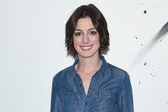 Anne Hathaway ri de piada sobre ela em filme de Amy Schumer (Foto: Getty Images)