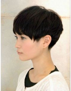 The pixie cut is the new trendy haircut! Put on the front of the stage thanks to Pixie Geldof (hence the name of this cup!), Many are now women who wear this short haircut. Oval Face Hairstyles, Pixie Hairstyles, Short Hairstyles For Women, Cool Hairstyles, Asian Hairstyles, Hairstyles 2018, Pelo Pixie, Pixie Bob, Short Pixie Haircuts