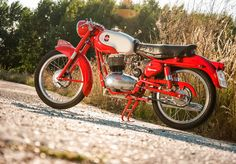 Lines and colourway...I think I'm in luuuuv. :P~~~~~  RocketGarage Cafe Racer: Gilera Rossa Super 150