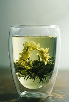 jasmine blooming tea, how soothing is this just to look at? Now imagine taking the first sip. Pu Erh, Jasmine Tea, Flower Tea, Flower Cafe, Cuppa Tea, Tea Art, My Cup Of Tea, Tea Ceremony, Cacao