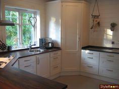 Vårat kök i New England stil! Kitchen Corner Cupboard, Kitchen Pantry Design, Kitchen Cabinet Colors, Modern Kitchen Design, Kitchen Layout, Home Decor Kitchen, Kitchen Interior, Home Kitchens, Swedish Kitchen