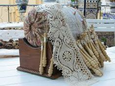 Mundillo de rulo con soporte de madera Antique Lace, Vintage Lace, Bobbin Lacemaking, Bobbin Lace Patterns, Linens And Lace, Heirloom Sewing, Lace Making, Merino Wool Blanket, Doilies