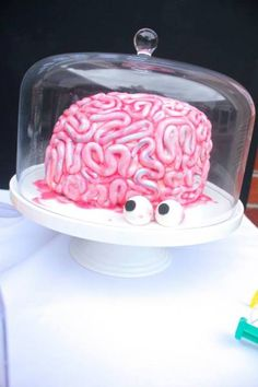 Gruesome Brain Cake for a Science Party Science Cake, Mad Science Party, Mad Scientist Party, Halloween Science, Weird Science, Creepy Halloween, Science Ideas, Halloween 2019, Halloween Ideas