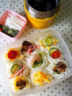 今日のお弁当は素麺にしてみました。 素麺のお弁当はずーーーっと気になってたんですけど、 お友達が運動会に持って行ったよ〜(... Japanese Noodle Dish, Japanese Lunch, Bento Recipes, Cooking Recipes, Healthy Recipes, Soup In A Jar, Asian Recipes, Ethnic Recipes, Food Obsession