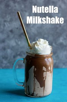 This is the ultimate nutella milkshake recipe. It's creamy, silky and nutty, prefect for a hot summer afternoon, or a strong nutella craving! Make this on a hot summer day to get rid of the heat and drink an indulgent milkshake! Nutella Milkshake, Peanut Butter Milkshake, Homemade Milkshake, Banana Milkshake, Nutella Smoothie, Vanilla Milkshake Recipes, Coffee Recipes, Gastronomia, Sweets