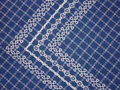 beautiful white on navy - Broderie suisse sur tissu carreau Vichy bleue