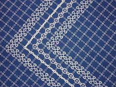 beautiful white on navy - Broderie suisse sur tissu carreau Vichy bleue