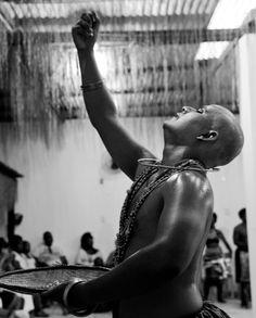 Ministradas pelo ator e dramaturgo Daniel Arcades, as aulas têm o objetivo de construir propostas literárias que dialoguem com a tradição oral africana.