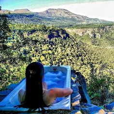 This squeaky clean hostel has been serving you bathtub goals before you even knew it was a thing!  The mountainous hiking trails around the hostel are perfect for outdoorsy folk while the lively bar satisfies those who favour indoor comforts! Away with the Fairies Hostel Hogsback South Africa : @500daysoff  Tap the link in our bio to check out this hostel