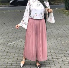 Which is certainly a mini skirts damaged in a relaxed method by using a relaxed top. Skirt Outfits Modest, Modest Fashion Hijab, Street Hijab Fashion, Casual Hijab Outfit, Modest Dresses, Chic Outfits, Fashion Outfits, Modest Clothing, Woman Clothing