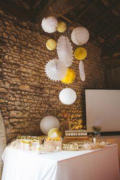 Décor avec pompons ballons? au-dessus table avec urne et livre d'or, arbre à empreintes