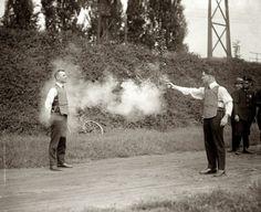 Test de nouveaux gilets pare-balles, 1923