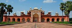 Le Fort rouge d'Akbar en Inde : cette citadelle de plus de 2 kilomètres de long et de 21 mètres de hauteur se situe à Agra. Non loin des jardins du Taj Mahal, le Fort fut bâti par les moghols afin de protéger les magnifiques palais de la cité impérial - #easyvoyage #easyvoyageurs #clubeasyvoyage #terresdevoyages #travel #traveler #traveling #travellovers #voyage #voyageur #holiday #tourism #tourisme #evasion #asie #asia #inde #india #fort #akbar
