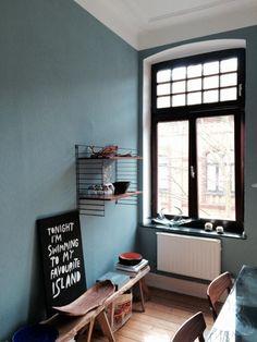 Schne Altbauwohnung Mit Rauchblauer Wandfarbe Holzdielen Hohen Fenstern Und Schner Mbel Wohnzimmer