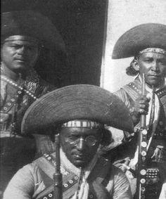Lampiao e seu irmão caçula Ezequiel( Ponto Fino) á sua esquerda.