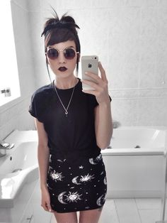 Looks para una chica que no teme sacar su lado oscuro look at this outfit and her angled bangs are perfect Dark Fashion, Grunge Fashion, Gothic Fashion, Fashion Beauty, Steampunk Fashion, Street Fashion, Looks Street Style, Looks Style, Style Me