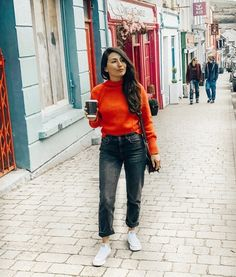 After many years of living in Ireland, I cannot believe I have never visited this charming little town before. Dingle is just so pretty and we were very lucky to have such an amazing weather while going around the peninsula! - For this gorgeous day, I opted to wear something casual with a bit of colour to match this picturesque little town 💗 #ootd #casuallook #streetstyle