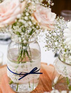 Lindo o vaso com pote de conserva e renda com um lacinho - Foto do Site Thelittlecanopy